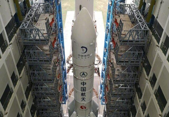 Ракета для лунной миссии «Чанъэ-5» установлена на стартовой площадке космодрома Вэньчан